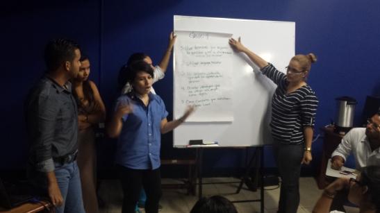 Durante una presentación de grupo #CDUCA