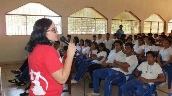 Marta García Terán durante una charla sobre uso seguro y productivo de Internet con estudiantes de Ciudad Sandino